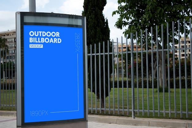 Panneau d'affichage extérieur à côté du parc