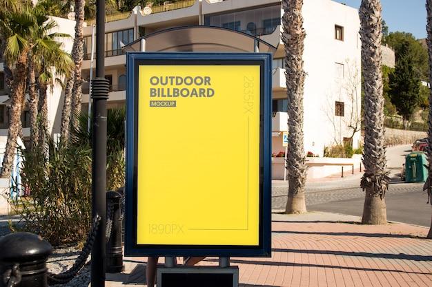 Panneau d'affichage extérieur près de la plage