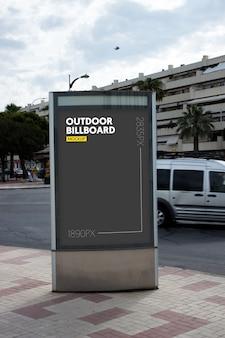 Panneau d'affichage extérieur en ville