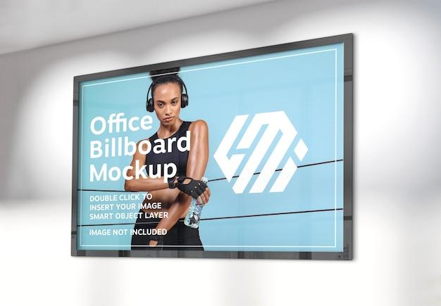 Panneau d'affichage horizontal accroché sur une maquette de mur de bureau ensoleillé