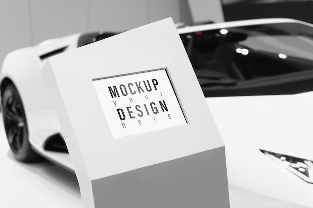 Panneau d'affichage led numérique maquette avec arrière-plan flou de voiture de sport