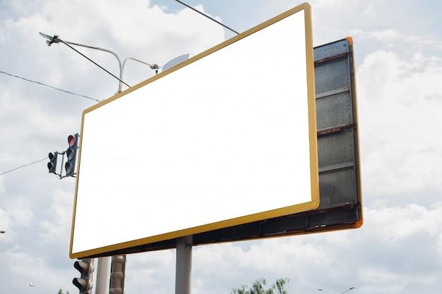 Panneau d'affichage avec surface vierge pour la publicité