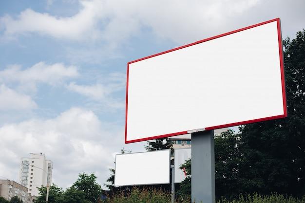 Panneau D'affichage Avec Surface Vierge Pour La Publicité PSD Premium