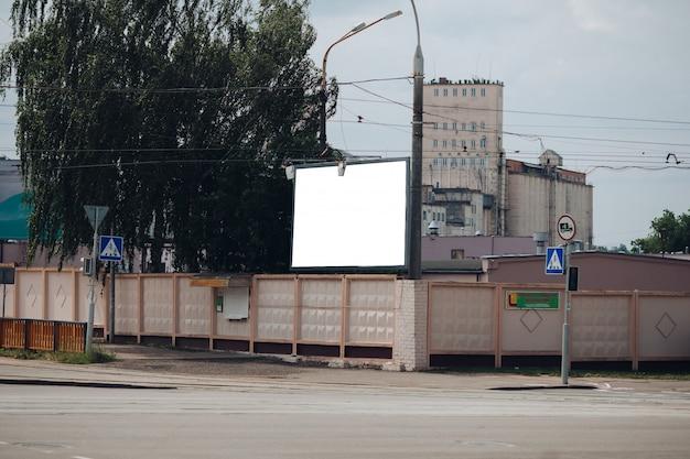 Panneau d'affichage vide dans la ville