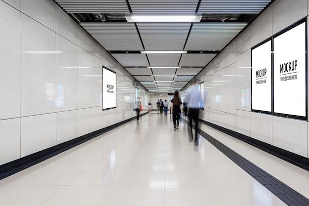 Panneau d'affichage vide situé dans un hall souterrain ou dans le métro pour la publicité, concept de maquette, obturateur à faible luminosité