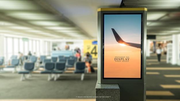 Panneau d'affichage vierge dans le modèle de maquette de l'aéroport