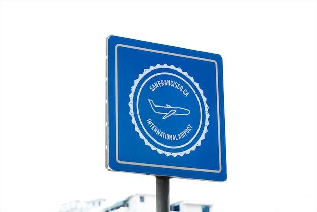 Panneau de direction de l'aéroport