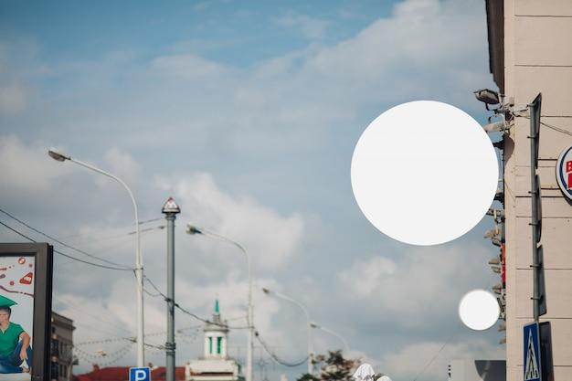 Panneaux d'affichage cercle vide dans la ville