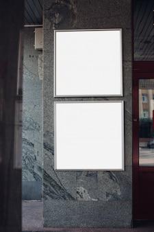 Panneaux d'affichage vides sur un mur à l'intérieur d'un bâtiment