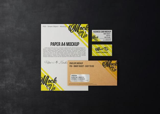 Papeterie d'affaires minimaliste sur une maquette de fond sombre