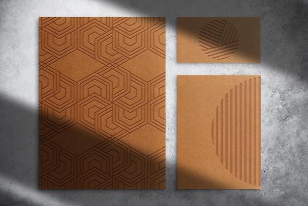 Papier brun de luxe et carte de visite maquette vue de dessus en relief
