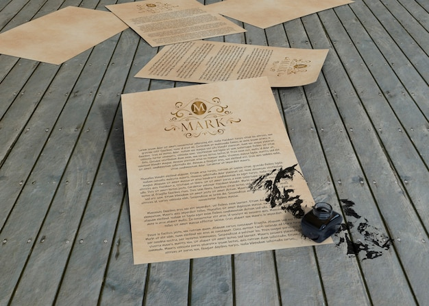 Papier maquette encre et contrat sur fond en bois
