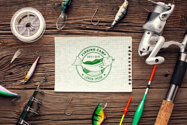 Papier maquette entouré d'accessoires de pêche