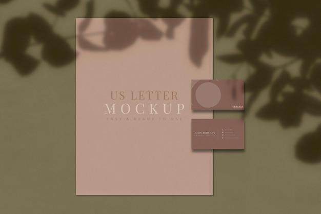 Papier de papeterie de bureau et maquette de carte de visite avec superposition d'ombres. modèle d'identité de marque. rendu 3d