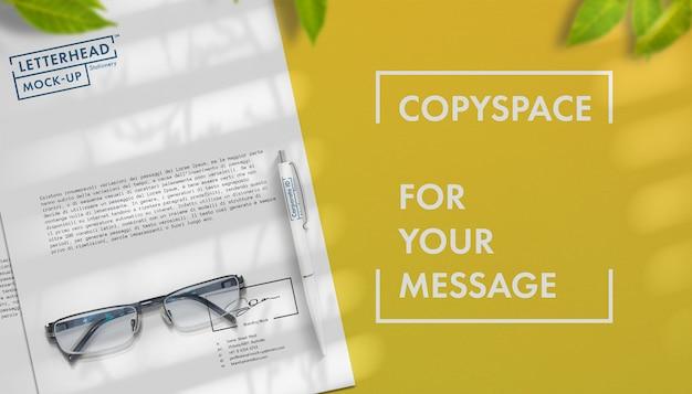 Papier à en-tête gros plan avec stylo et espace copie gratuit mock up