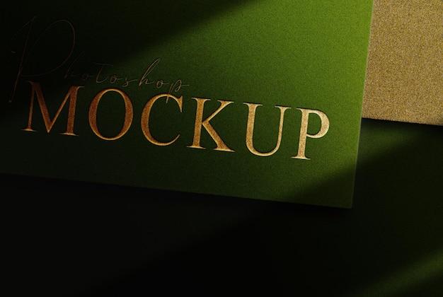 Papier vert avec maquette de document de conception en relief avec logo doré