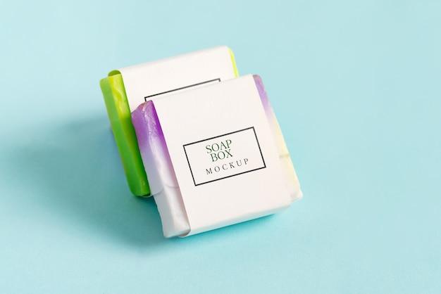 Paquet de deux maquettes de boîte d'emballage de savon fait à la main avec du savon en barre coloré