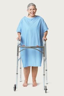 Patient senior heureux à l'aide d'un cadre zimmer