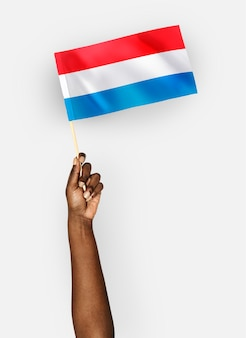 Personne agitant le drapeau du grand-duché de luxembourg