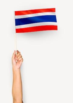 Personne agitant le drapeau du royaume de thaïlande