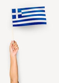 Personne agitant le drapeau de la grèce