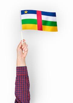 Personne agitant le drapeau de la république centrafricaine