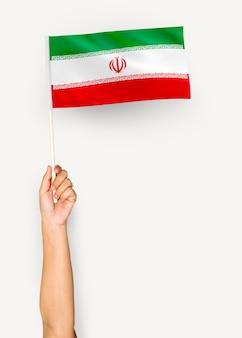 Personne agitant le drapeau de la république islamique d'iran