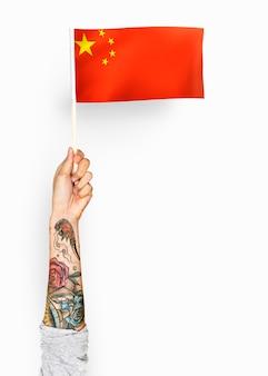 Personne agitant le drapeau de la république populaire de chine