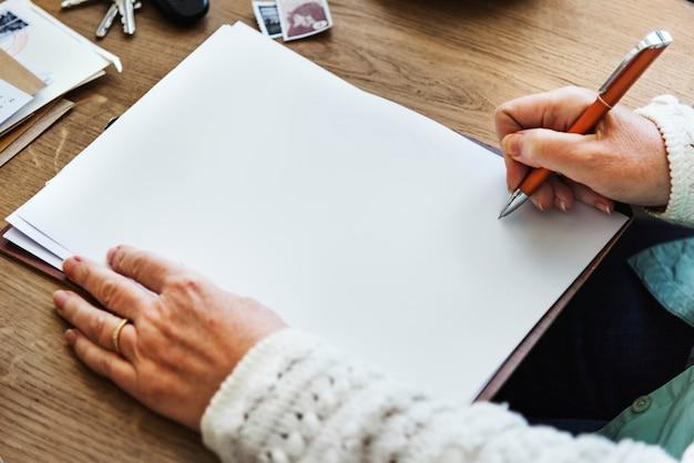 Personne qui écrit sur un cahier