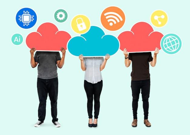 Personnes avec symboles de stockage sur le cloud