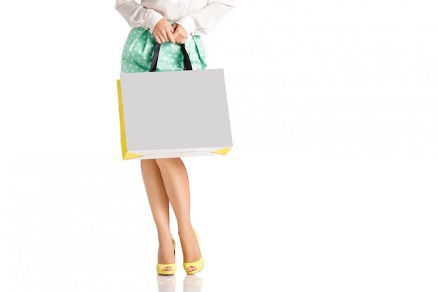 Personnes, vente, concept de vendredi noir - femme avec des sacs à provisions.
