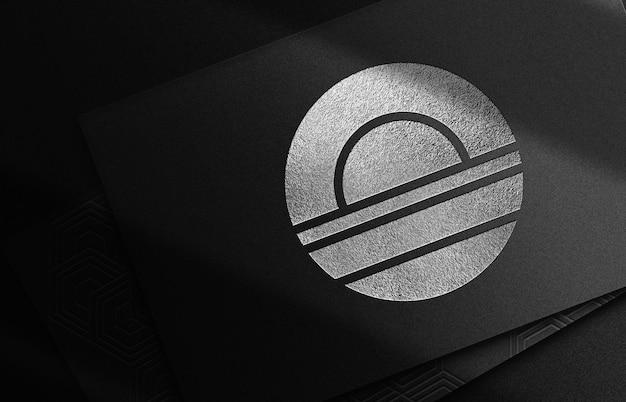 Perspective de pile de cartes de visite de maquette de logo en relief de luxe