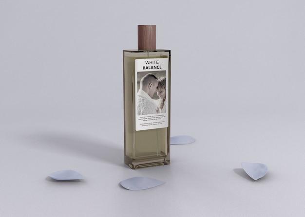 Pétales de fleurs à côté de la bouteille de parfum