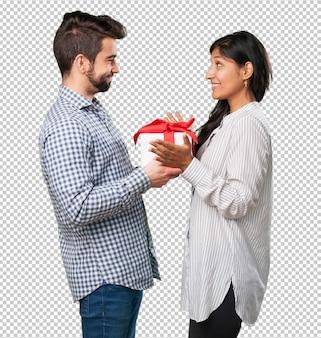 Petit ami offre un cadeau à sa petite amie