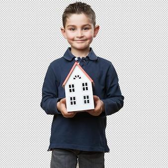 Petit enfant tenant une maison