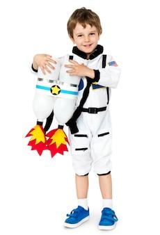 Petit garçon avec astronaute emploi de rêve souriant