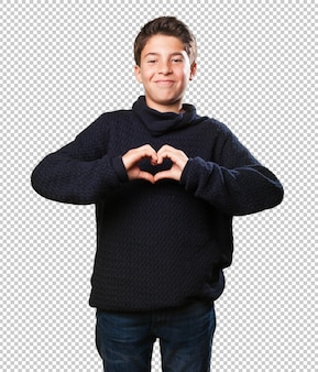 Petit garçon fait un symbole du coeur