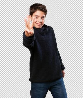 Petit garçon gesticulant numéro trois