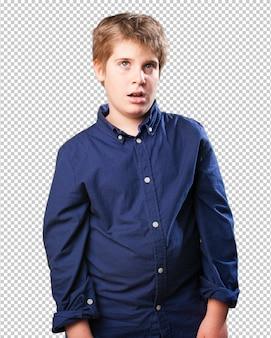 Petit garçon pensant sur fond blanc