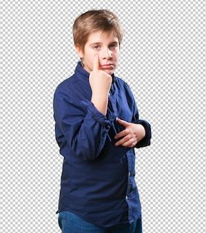 Petit garçon pointant son oeil