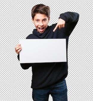Petit garçon tenant une bannière