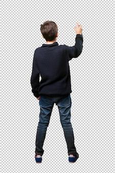 Petit garçon en train de peindre