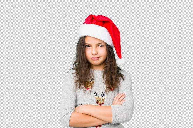 Petite fille célébrant le jour de noël malheureux à la recherche à huis clos avec une expression sarcastique.