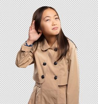 Petite fille chinoise écoute quelque chose