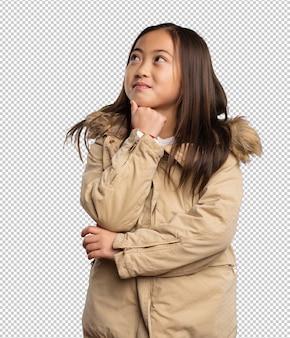 Petite fille chinoise pense