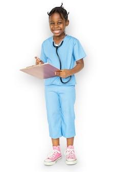 Petite fille avec docteur job de rêve souriant