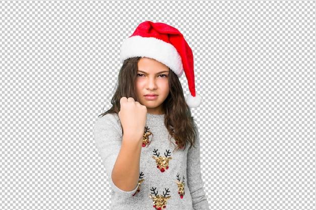 Petite fille fête le jour de noël montrant le poing à la caméra, expression faciale agressive.