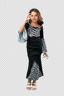 Petite fille habillée comme un vampire pour les vacances d'halloween montrant un signe ok avec les doigts