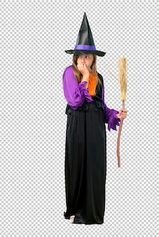 Petite fille habillée en sorcière pour les vacances d'halloween est un peu nerveuse et effrayée