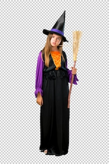 Petite fille habillée en sorcière pour des vacances d'halloween malheureuse et frustrée avec quelque chose